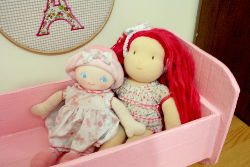 krovat-dlya-kukol-iz-kartona Домик и мебель для кукол своими руками из картона: схема, выкройка, фото. Как сделать кровать, диван, шкаф, стол, стулья, кресло, кухню, холодильник, плиту, коляску для кукол из картона своими руками
