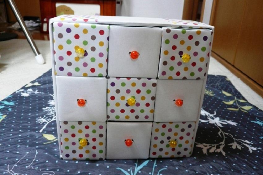 komod-iz-vidvizhnih-yashikov Домик и мебель для кукол своими руками из картона: схема, выкройка, фото. Как сделать кровать, диван, шкаф, стол, стулья, кресло, кухню, холодильник, плиту, коляску для кукол из картона своими руками