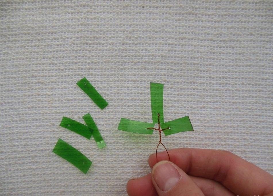 Крепите листочки по обе стороны от верхнего у пальмы-бонсай из пластиковой бутылки