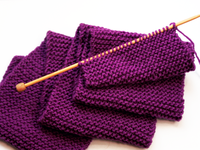 как вязать платочную вязку круговыми и двумя спицами для начинающих