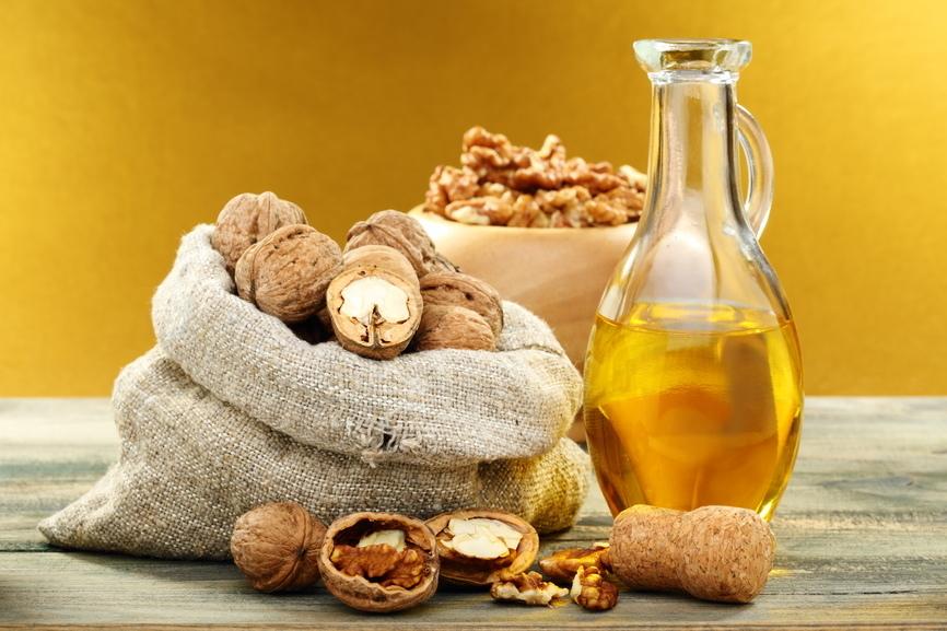 Благодаря большому количеству антиоксидантов, масло грецкого ореха обладает омолаживающими свойствами