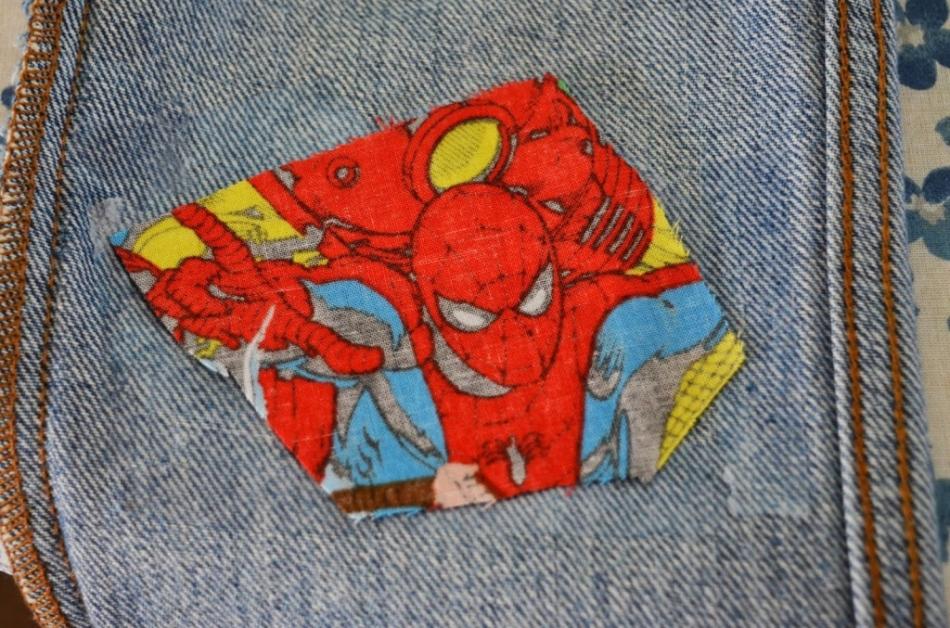 Приклеенная яркая заплатка на детских джинсах
