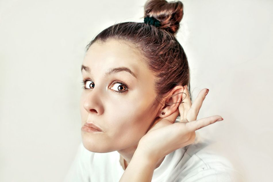 У девушки зудит левое ухо
