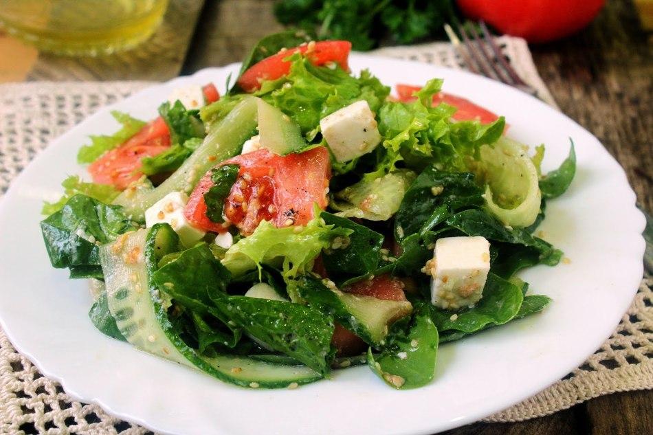 Диетическое блюдо - легкий овощной салат с заправкой из кокосового масла