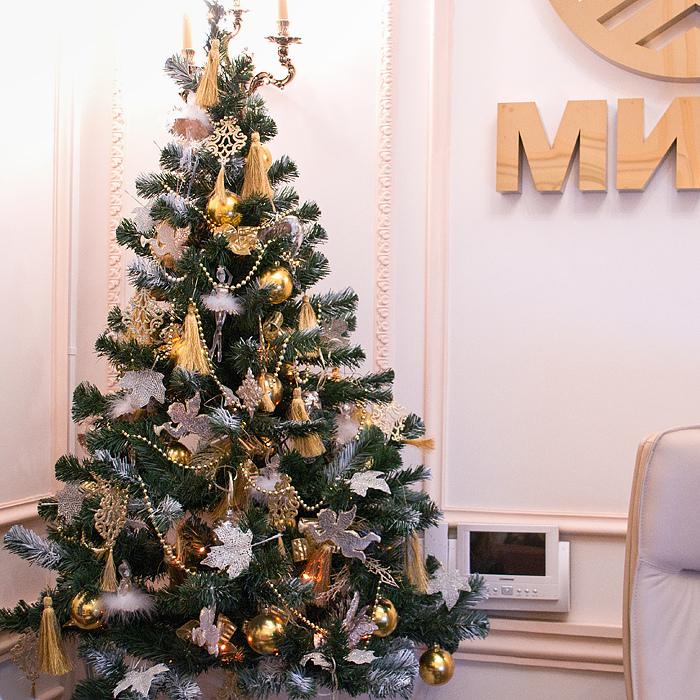 Красивое украшение елки в бело-золотом цвете: идеи, пример