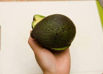 Половинки авокадо отделяются друг от друга