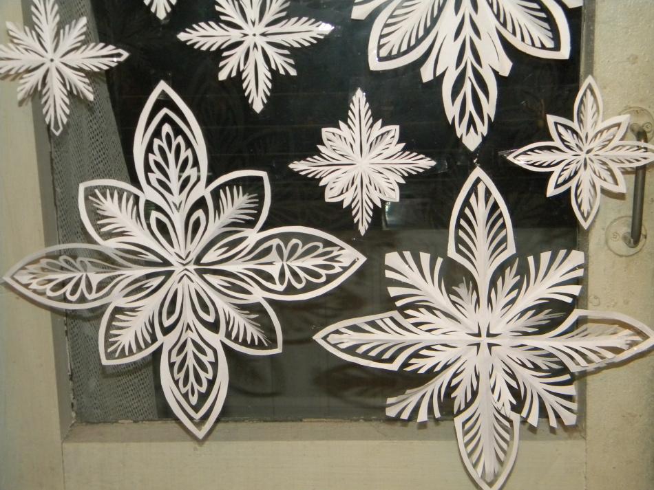 krasivie-snezhinki-iz-bumagi-foto-4 Как крючком связать красивую снежинку? Снежинки крючком: узор, схемы с описанием для начинающих