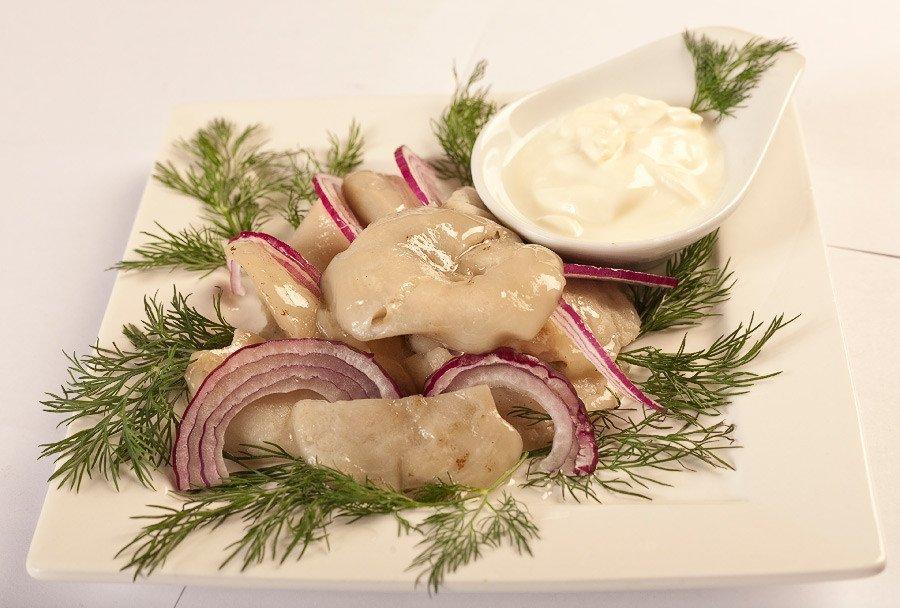 Грузди соленые со сметаной и луком.