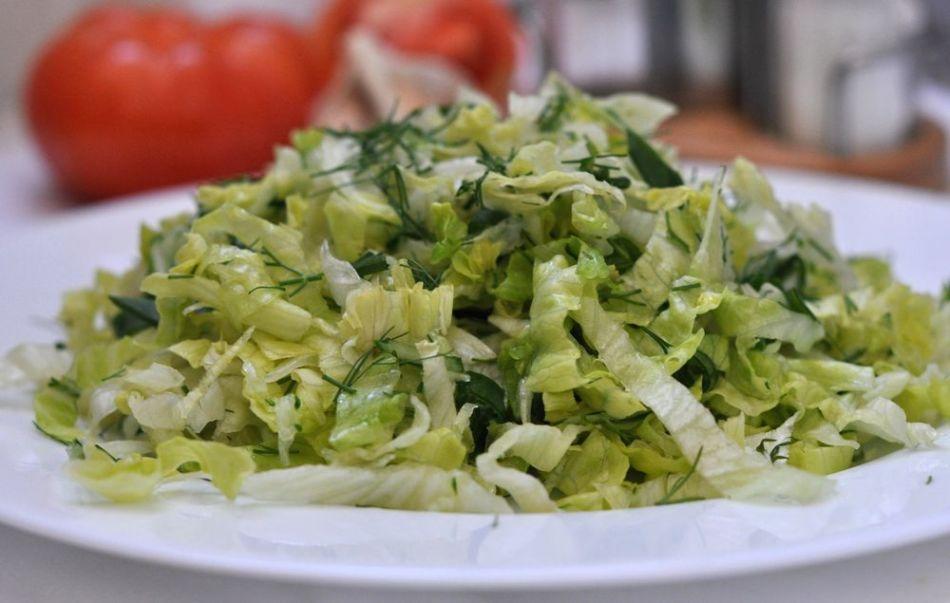Салат с капустой и салатом айсберг
