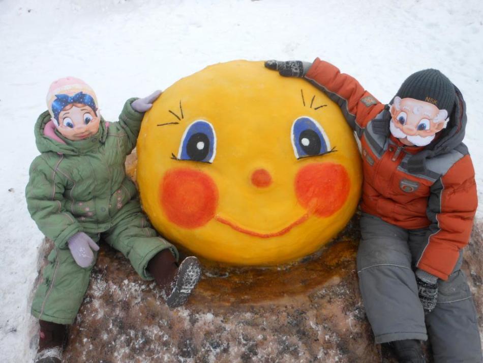 Румяный цветной колобок из снега