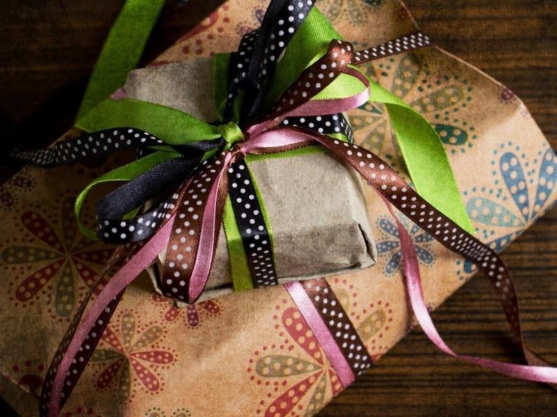 Подарок в упаковочной бумаге