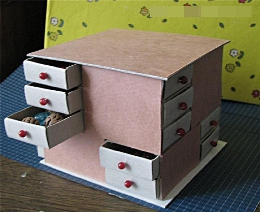 malenkii-stolik-s-vidvizhnimi-yashikami Домик и мебель для кукол своими руками из картона: схема, выкройка, фото. Как сделать кровать, диван, шкаф, стол, стулья, кресло, кухню, холодильник, плиту, коляску для кукол из картона своими руками