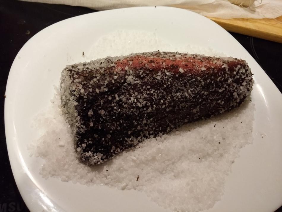 Мясо нужно вывалять в двух видах соли