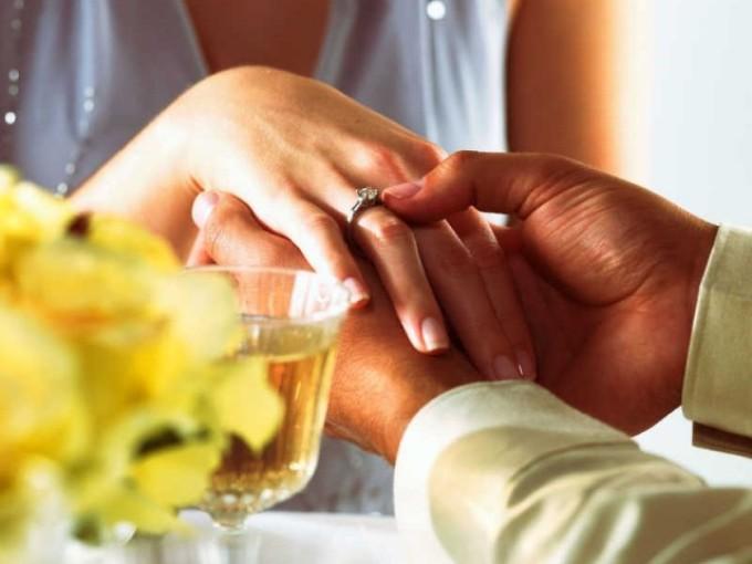 Получить в подарок кольцо во сне, говорит о гармонии и взаимопонимании в семье сновидца.