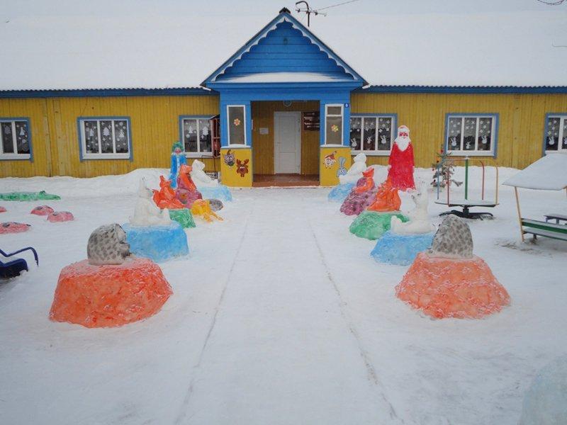Цветные снежные фигуры возле детского сада