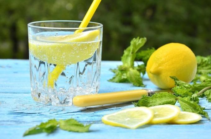 Вода с лимоном - очень освежающий и полезный напиток