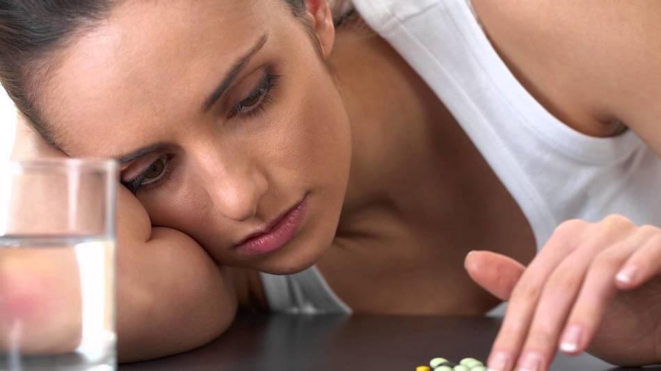 Пациентка под присмотром врача должна принять 3 таблетки (600 мг) мифепристона и оставаться под наблюдением в течение 2 часов