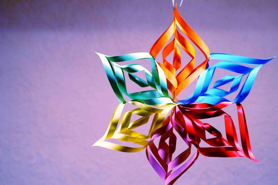raznocvetnaya-obemnaya-snezhinka-iz-bumagi Как вырезать красивые снежинки из бумаги своими руками поэтапно? Как сделать объёмную снежинку оригами?