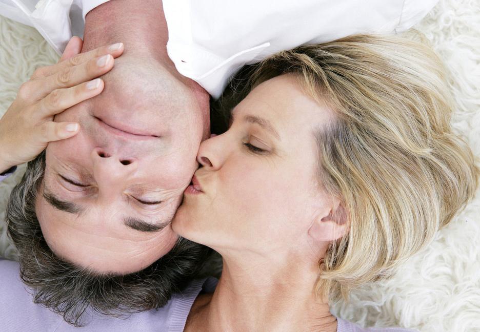Парень кусает за шею во время секса