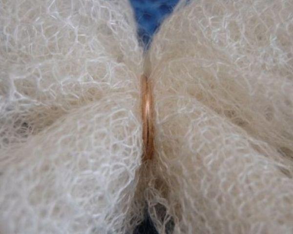 Как постирать пуховый платок в домашних условиях вручную и в стиральной  машинке  Как правильно стирать и сушить белый 47fc66c884395