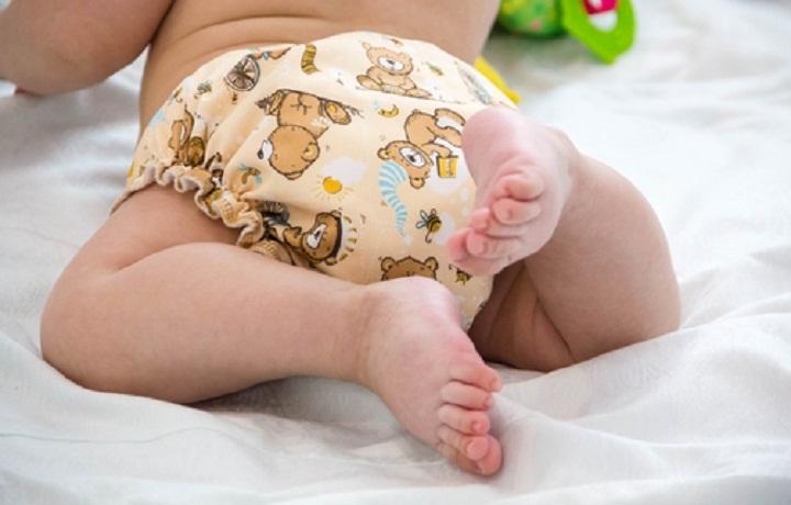 Ребенок в многоразовом подгузнике