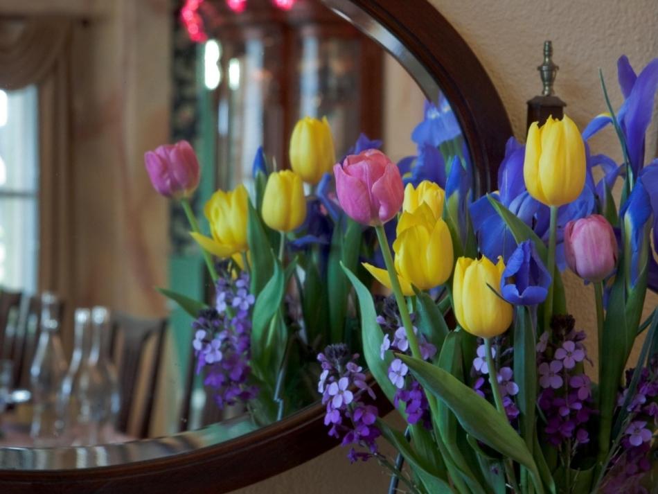 Букет из ирисов и желтых тюльпанов