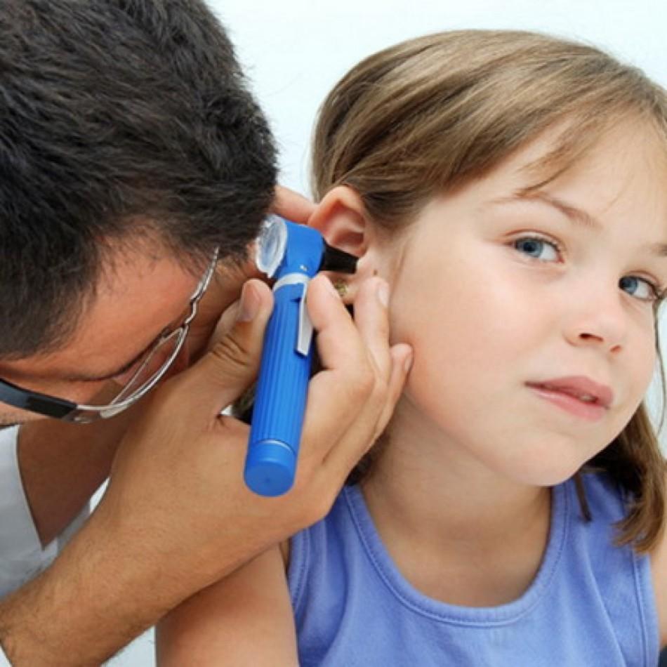У детей иногда закладывает уши из-за посторонних предметов в них
