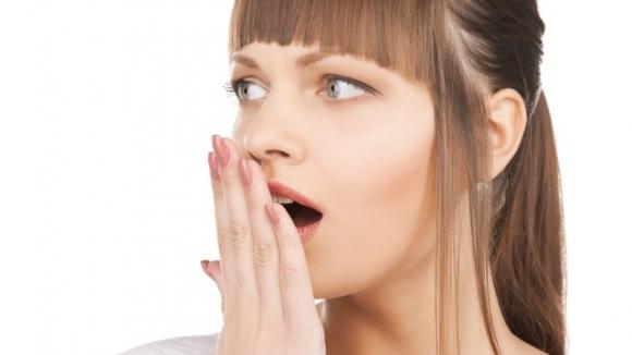 Горечь во рту и жжение губ могут возникать из-за проблем с органами пищеварения, приема антибиотиков и других лекарств, аллергии.