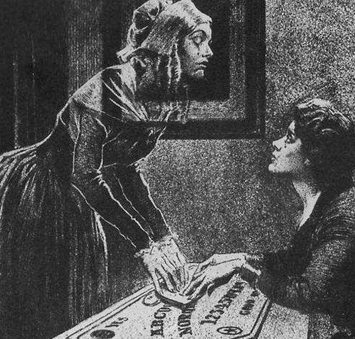 Считается, что с помошью ведьминой доски можно выйти на связь с духами.