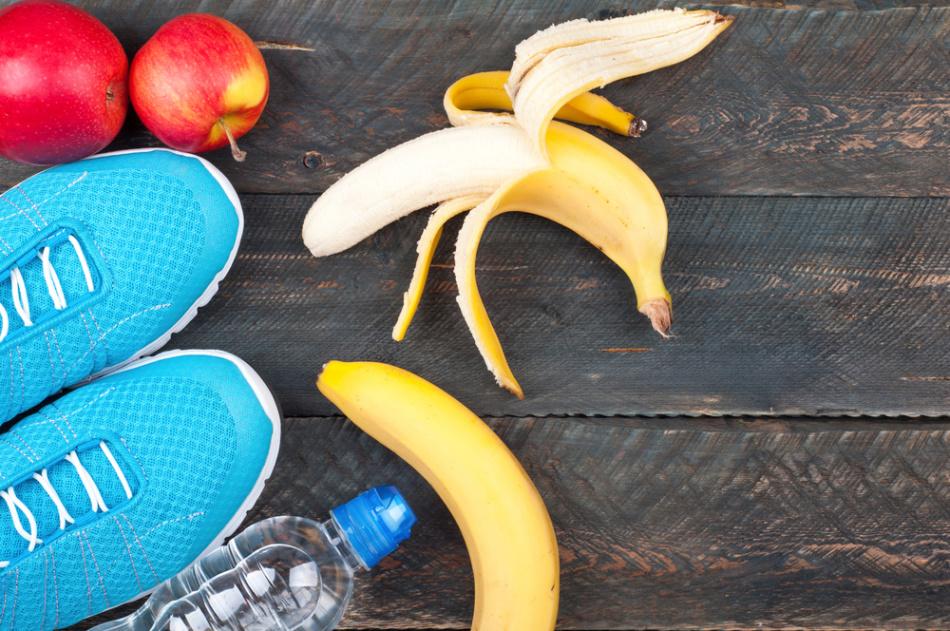 Бананы, яблоки и вода - легкий завтрак перед пробежкой