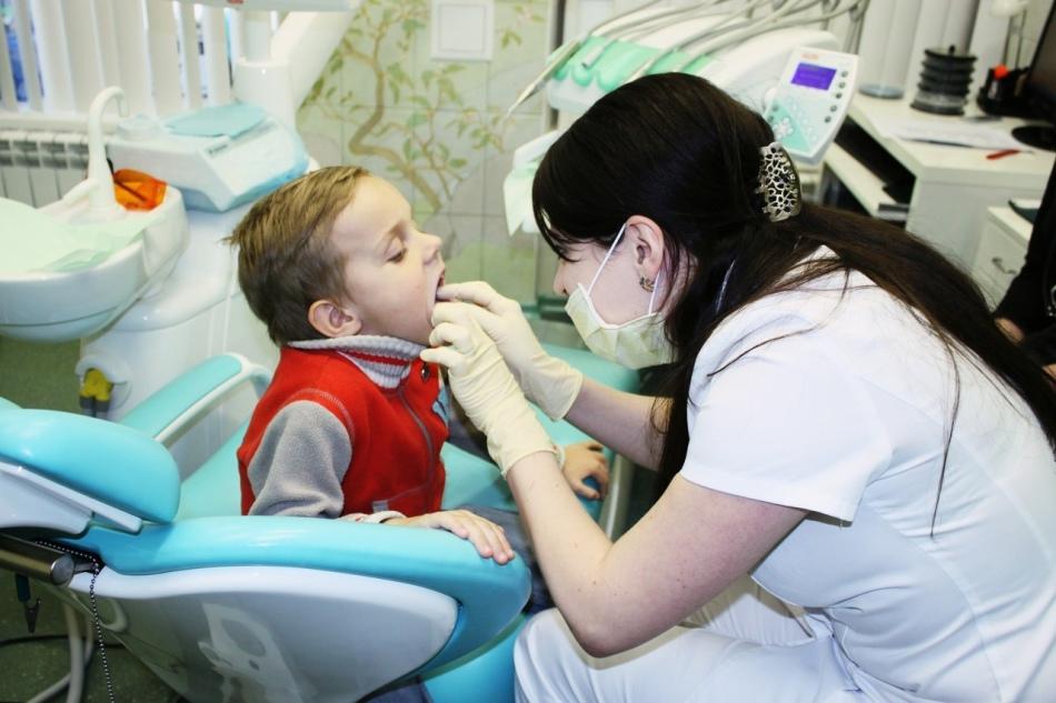 При первых признаках кариеса у ребенка необходимо обратиться к стоматологу