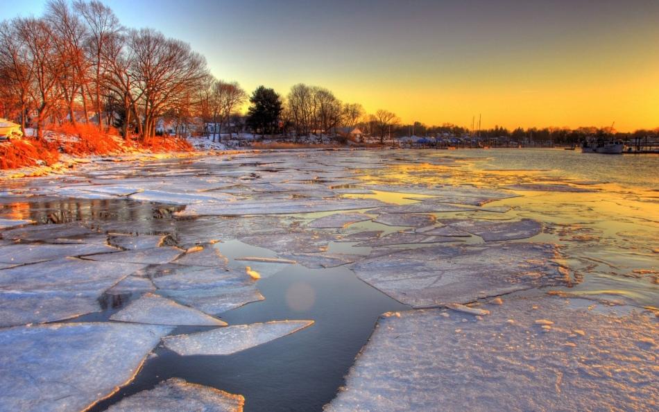 Хрупкий лед на реке во сне предупреждает о риске.