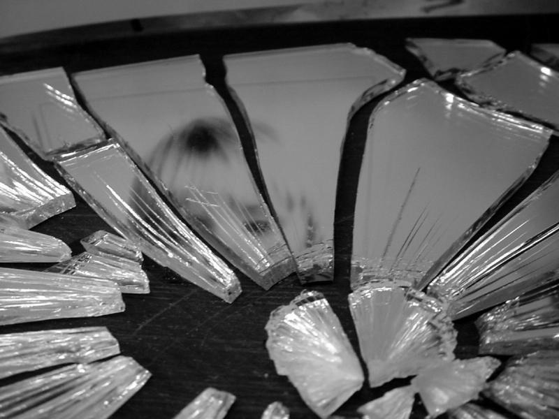 Разбить зеркало - к болезням и бедам