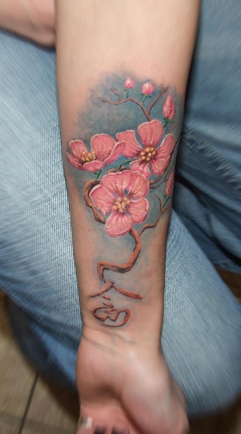 Татуировка в виде сакуры на предплечье