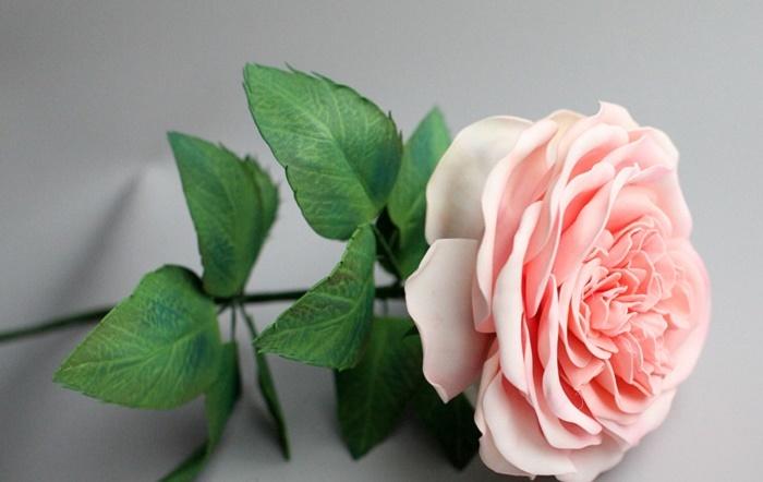 cvetok-s-zelenyu-na-steble Кустовые розы из фоамирана. Раскрывшаяся роза из фоамирана. мк юлии дубровской.