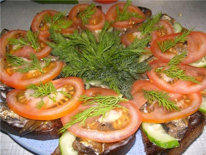 Бутерброды со шпротами на жареном черном хлебе.