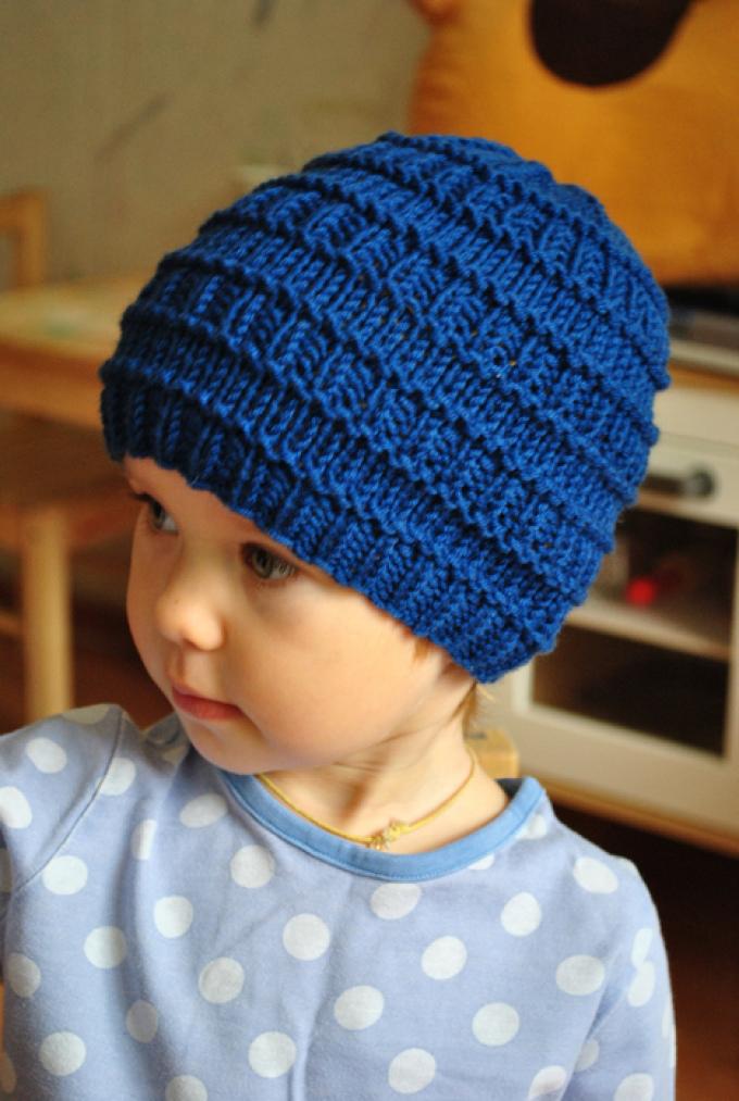 prostaya-shapochkas-opisaniem Шапка спицами для мальчика на весну, осень, зиму: описание и схема. Как связать детскую шапку для мальчика спицами шлем, ушанку, миньон, с шарфом?