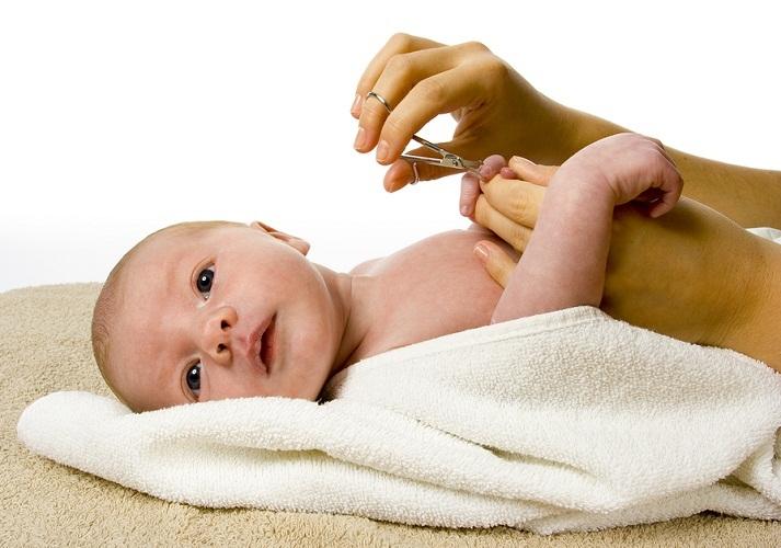 Новорожденному ребенку обрезать ногти лучше во врем бодрствования