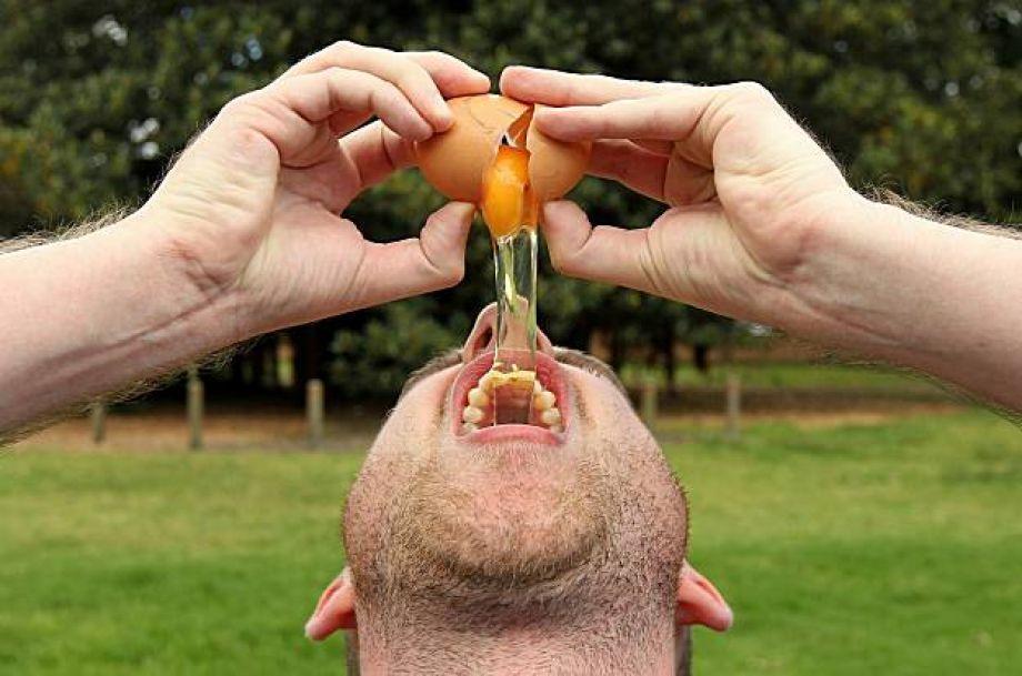 Употреблять сырые яйца нужно только с соблюдением всех гигиенических норм