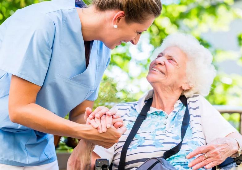 Важно помогать пожилым людям