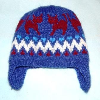shapochka-so-skandinavskim-uzorom Шапка спицами для мальчика на весну, осень, зиму: описание и схема. Как связать детскую шапку для мальчика спицами шлем, ушанку, миньон, с шарфом?