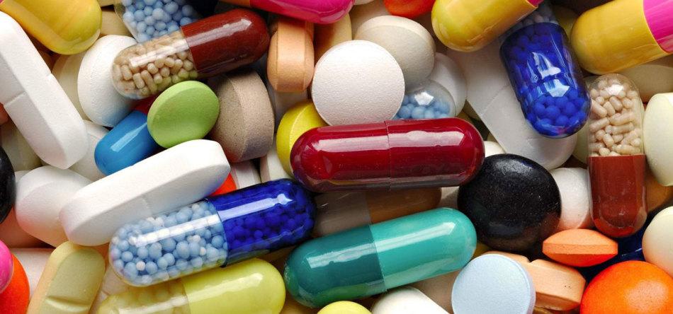 Горсть препаратов в форме капсул и таблеток
