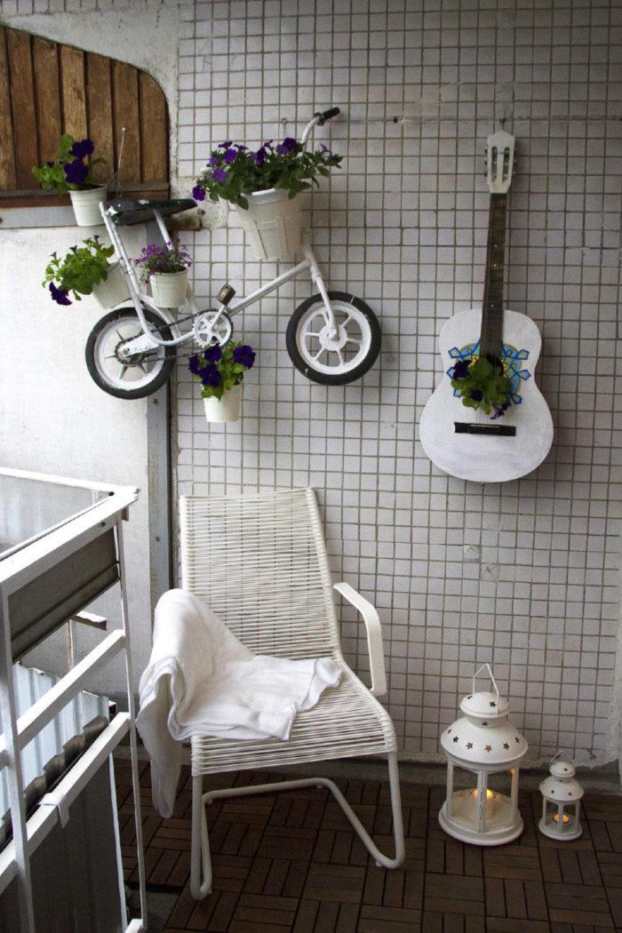 Под кашпо можно приспособить старый велосипед