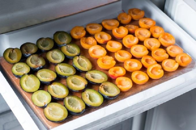Дольки сливы и абрикосов перед заморозкой