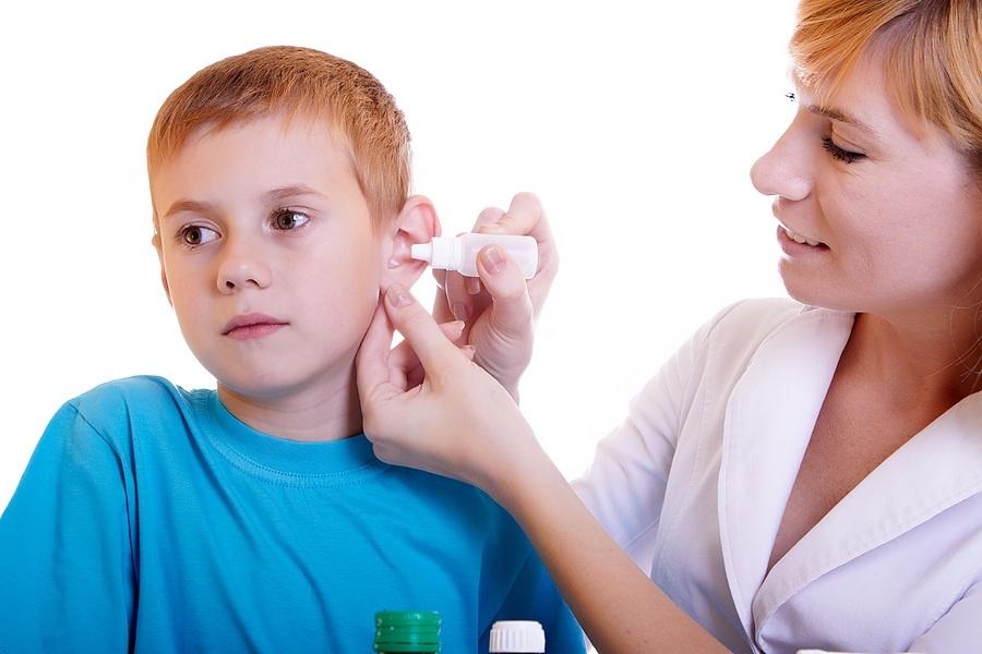 Ребенку с катаральным отитом необходимо капать в ушки антимикробные и противовоспалительные капли