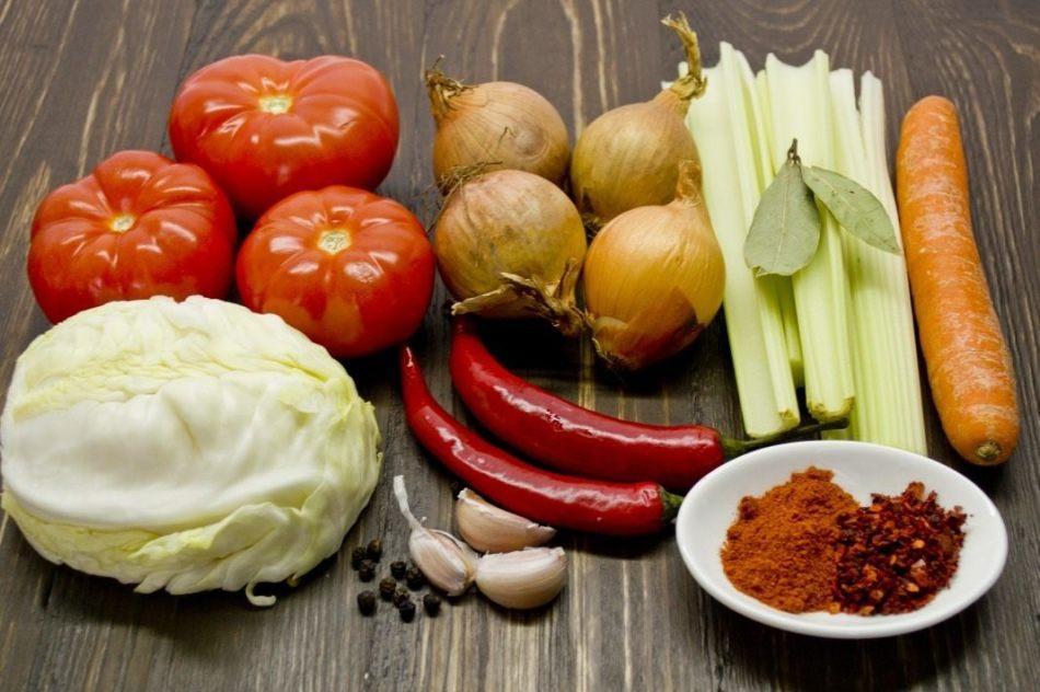 Очищенные и вымытые разные овощи для приготвления приправы на зиму