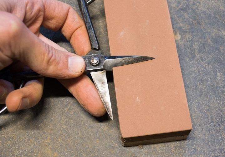 Оселок поможет качественно и быстро заточить ножницы даже дома