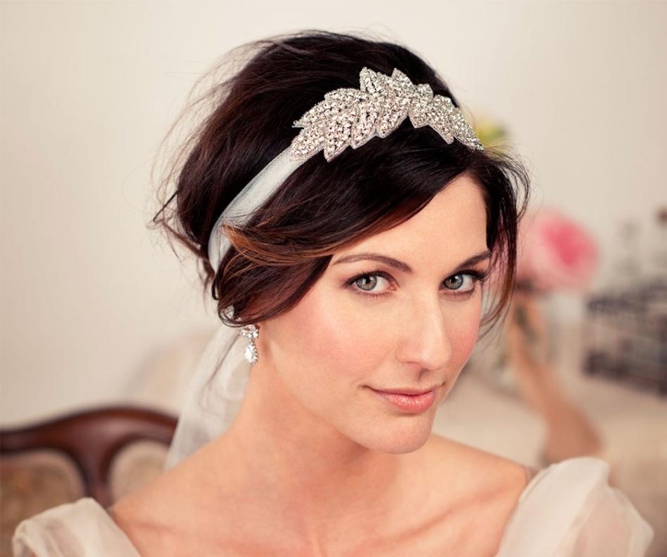 Декоративная повязка на свадебных волосах