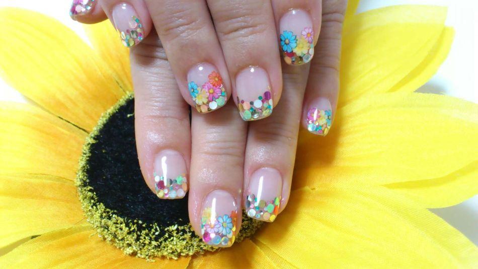 Летний маникюр на круглые ногти - мелкие цветы