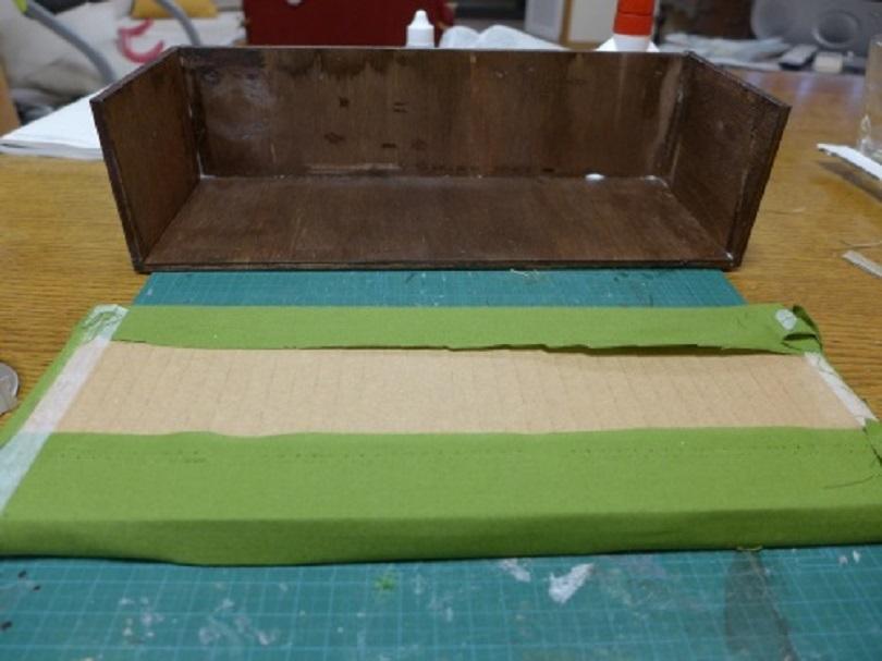 list-kartona-okleivayut-tkanyu Домик и мебель для кукол своими руками из картона: схема, выкройка, фото. Как сделать кровать, диван, шкаф, стол, стулья, кресло, кухню, холодильник, плиту, коляску для кукол из картона своими руками